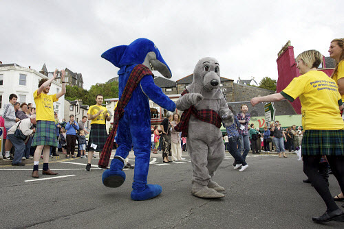 Oban's Big Strip.   As part of Oban's bicentennial celebrations, an attempt to get into the Guinness Book of Records for the most number of participants in a Strip the Willow dance takes place on George Street, Argyll. Picture Credit: John MacTavish / Scottish Viewpoint Tel: +44 (0) 131 622 7174   Fax: +44 (0) 131 622 7175 E-Mail : info@scottishviewpoint.com This photograph cannot be used without prior permission from Scottish Viewpoint. 2011,summer,sunny,bicentenary,kilt,tartan,event,ceilidh,dance,dancing,oban,fancy,dress John MacTavish 2011