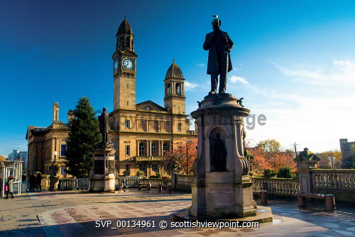 Paisley Town Hall and the Sir Peter Coats statue, Paisley, Renfrewshire u.k,Great Britain,GB,G.B,Scotland,Scottish,1 person,outdoors,Renfrewshire,Paisley Town Hall,Paisley,Building,Architecture,Sir Peter Coats,Industry,Linen Thread Industry,Cotton Mills,Industrial Revolution,Coats Family,Statue,History,Town
