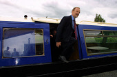Foreign Secretary Robin Cook takes campaigning in Livingston to the waterways of the Union Canal in West Lothian as he seeks to be re-elected as the Labour MP at Thursday's general election. 03/06/01.... Colin McPherson