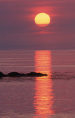 LOOKING OUT TO SEA AS THE GLOWING ORB OF THE SUN SLIPS TOWARDS THE HORIZON, SOUTH UIST, OUTER HEBRIDES. PIC: PETER CAIRNS/SCOTTISH VIEWPOINT Tel: +44 (0) 131 622 7174   Fax: +44 (0) 131 622 7175 E-Mai...
