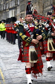 1st Scots Pipes and Drums march down the Royal Mile, Edinburgh. CRAIG BROWN/SCOTTISH VIEWPOINT  Tel: +44 (0) 131 622 7174  Fax: +44 (0) 131 622 7175  E-Mail : info@scottishviewpoint.com  www.scottishv... CRAIG BROWN/SCOTTISH VIEWPOINT & 1st,Drums,Pipes,Scots,and,band,britain,british,ceremonial,destination,display,dressed,event,formal,gb,great,holyrood,in,interest,isles,kilt,kilted,location,march,marching,mile,of,park,parliament,perfo