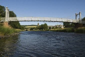THE RIVER TWEED AND PRIORSFORD BRIDGE IN PEEBLES, THE BORDERS, AUGUST. PIC : RICHARD CLARKSON/SCOTTISH VIEWPOINT  Tel: +44 (0) 131 622 7174  Fax: +44 (0) 131 622 7175  E-Mail : info@scottishviewpoint.... horizontal,riverside,water,flowing,flow,vegetation,building,buildings,townscape,Tweed Bridge,Old Parish Church,summer,sunny