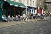 People eating outside in the Grassmarket, Edinburgh PIC: DOUG HOUGHTON/SCOTTISH VIEWPOINT Tel: +44 (0) 131 622 7174   Fax: +44 (0) 131 622 7175 E-Mail : info@scottishviewpoint.com This photograph cann... DOUG HOUGHTON/SCOTTISH VIEWPOINT history,historical,tourists,tourism,old town,summer,visitor,visitors,cafe,cafes,restaurant,restaurants,food,eating,drinking