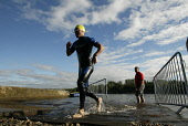 TRI-ATHLETES IN ACTION AT STRATHCLYDE COUNTRY PARK, GLASGOWPIC: GARRY F MCHARG/SCOTTISH VIEWPOINTTel: +44 (0) 131 622 7174  Fax: +44 (0) 131 622 7175E-Mail : info@scottishviewpoint.comThis photograph... COLD,SPORT,RUNNING,RACE,HEALTH,FAST,EXCERCISE