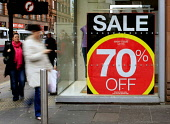 THE CREDIT CRUNCH HITS THE SHOPS IN GLASGOW.  PIC:GARRY MCHARG/SCOTTISH VIEWPOINT  Tel: +44 (0) 131 622 7174  Fax: +44 (0) 131 622 7175  E-Mail : info@scottishviewpoint.com  This photograph can not be... Public, NMR SHOPPING,PEOPLE,SHOPPERS,FINANCIAL CRISIS,SALE