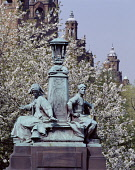 Kelvingrove Park KELVINGROVE GLASGOW Statues on Kelvin Way bridge and Kelvingrove Art Gallery and Museum  Pic: Doug Houghton / Scottish Viewpoint Tel: +44 (0) 131 622 7174 Fax: +44 (0) 131 622 7175 E-... Public glasgow,kelvingrove,park,kelvin,way,bridge,statues,scotland,scottish,civic,collections,landmark,fine,decorative,art,archaeology,collection,arms,armour,royal,armouries,natural,world,popular,vistors,att