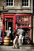 TOURISTS GATHER AROUND THE ENTRANCE OF A GIFT SHOP ON CASTLEHILL / THE HIGH STREET , EDINBURGH. PIC: P.DODDS /SCOTTISH VIEWPOINT Tel: +44 (0) 131 622 7174   Fax: +44 (0) 131 622 7175 E-Mail : info@sco... Public, NMR ARCHITECTURE,WHISKY,TOURISM,SUNNY,SHOPPING,SCOTLAND,RETAIL,PEOPLE,OLD TOWN