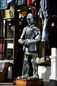 LOOKING OVER TO A SUIT OF ARMOUR OUTSIDE A GIFT SHOP ON CASTLEHILL / THE HIGH STREET , EDINBURGH. PIC: P.DODDS /SCOTTISH VIEWPOINT Tel: +44 (0) 131 622 7174   Fax: +44 (0) 131 622 7175 E-Mail : info@s... Public, NMR OLD TOWN,TOURISM,TARTAN,SUNNY,SHOPPING,SCOTLAND,RETAIL