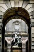 LOOKING THROUGH AN ARCHWAY TO THE STATUE OUTSIDE OF THE CITY CHAMBERS ON THE HIGH STREET, EDINBURGH. PIC: P.DODDS /SCOTTISH VIEWPOINT Tel: +44 (0) 131 622 7174   Fax: +44 (0) 131 622 7175 E-Mail : inf... Public, NMR ARCH,SCOTLAND,DETAIL,COUNCIL,BUILDING,ARCHITECTURE