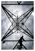 SCOTTISHPOWER TRANSMISSION LINESMEN PERFORM A CONDITION ASSESMENT ON A LIVE L2 SUSPENSITION TOWER AT KINCARDINE.  PIC: Paul Dodds / Scottish Viewpoint TEL: +44 (0) 131 622 7174 FAX: +44 (0) 131 622 71... Public, NMR POWE,ENERGY,ELECTRICITY