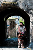 A kilted warrior in Old Tolbooth Wynd on the Royal Mile in the city centre of Edinburgh. Picture Credit: Simon Williams / Scottish Viewpoint Tel: +44 (0) 131 622 7174 Fax: +44 (0) 131 622 7175 E-Mail:... Public, NMR summer,sunny,performer,fringe,old town,sword,costume,battle re-enactmanet