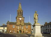 Statue of Robert the Bruce, Main Street, Lochmaben, Dumfries and Galloway. Picture Credit: Allan Wright / Scottish Viewpoint Tel: +44 (0) 131 622 7174   Fax: +44 (0) 131 622 7175 E-Mail : info@scottis... Public 1274,birth,birthplace,blue,blue sky,bright,Bruce,Bruces Statue,cars,cloak,clock,clocktower,crown,date,dry,Dumfries & Galloway,dumfriesshire,Galloway,granite,hall,highstreet,Lochmaben,Robert,sandstone,