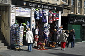 A souvenir shop on the Royal Mile in the city centre of Edinburgh. Picture Credit : Craig Brown / Scottish Viewpoint  Tel: +44 (0) 131 622 7174  E-Mail : info@scottishviewpoint.com  Web: www.scottishv... Public summer,sunny,people,tourists,tourism,old,town,high,street,tartan,tat,retail,shopping,gift,gifts,giftshop