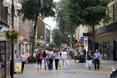 SHOPPERS ON THE HIGH STREET IN THE CITY CENTRE OF PERTH. PIC: Chris Robson / Scottish Viewpoint   Tel: +44 (0) 131 622 7174  E-Mail : info@scottishviewpoint.com  This photograph cannot be used without... Public 2009,SUMMER,PERTHSHIRE,FLOWERS,BLOOM,RETAIL,SHOPPING,PEDESTRIANISED