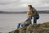 A COUPLE SIT ON A ROCK BESIDE A BEACH AT SOUTH QUEENSFERRY, LOTHIANS.  PIC: P.TOMKINS/VisitScotland/SCOTTISH VIEWPOINT  Tel: +44 (0) 131 622 7174  Fax: +44 (0) 131 622 7175  E-Mail : info@scottishview... 2008,ROMANTIC,ROMANCE,COASTAL,COAST,WATER,FIRTH OF FORTH