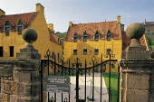 LOOKING OVER THE WROUGHT IRON GATE TO CULROSS PALACE (BUILT BETWEEN 1597 AND 1611 FOR LOCAL ENTREPRENEUR, SIR GEORGE BRUCE), CULROSS, FIFE. PIC:PAUL TOMKINS/VisitScotland/SCOTTISH VIEWPOINT Tel: +44 (... NATIONAL TRUST FOR SCOTLAND,ARCHITECTURE,SUNNY,BUILDING,HERITAGE