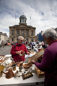 The antique and flea market in the Square in the centre of Kelso, Scottish Borders. Picture Credit: Paul Tomkins / VisitScotland / Scottish Viewpoint Tel: +44 (0) 131 622 7174   Fax: +44 (0) 131 622 7... Public, MR 2011,summer,sunny,town,house,cobbles,outdoor,car,boot,sale