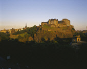 LOOKING OVER PRINCES STREET AND PRINCES STREET GARDENS WEST TO EDINBURGH CASTLE, RAMSAY GARDEN AND THE MOUND, EDINBURGH, LOTHIAN. PIC: P.TOMKINS/VisitScotland/SCOTTISH VIEWPOINT Tel: +44 (0) 131 622 7... 2003,WEST END,SUNNY,OLD TOWN,NEWCITIES,HERITAGE,BUS,AUTUMN,ARCHITECTURE