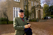 A PIPER AT THE ENTRANCE OF THE PITTODRIE HOUSE HOTEL AT INVERURIE, ABERDEENSHIRE. PIC: P.TOMKINS/VisitScotland/SCOTTISH VIEWPOINT Tel: +44 (0) 131 622 7174   Fax: +44 (0) 131 622 7175 E-Mail : info@sc... BAGPIPES,TARTAN,SMILE,SMB,SCOTLAND MEANS BUSINESS,KILT,BUSINESS TOURISM,BTU