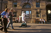 A STREET PERFORMER ENTERTAINS THE CROWDS ON THE ROYAL MILE DURING THE FESTIVAL FRINGE, IN THE CITY CENTRE OF EDINBURGH. PIC: P. TOMKINS/VisitScotland/SCOTTISH VIEWPOINT Tel: +44 (0) 131 622 7174   Fax... 2004,THEATRE,SUNSHINE,SUNNY,SUMMER,STREET,PEOPLE,OLD TOWN,LIVING STATUE,CULTURE,CROWD