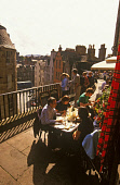ENJOYING LUNCH AT THE OUTDOOR TERRACE OF A BISTRO ABOVE VICTORIA STREET, IN THE CITY CENTRE OF EDINBURGH, LOTHIAN. PIC: P. TOMKINS/VisitScotland/SCOTTISH VIEWPOINT Tel: +44 (0) 131 622 7174   Fax: +44... 2004,SUNSHINE,SUNNY,SUMMER,RESTAURANT,PEOPLE,OLD TOWN,FOOD,FESTIVAL,EATING,DINING