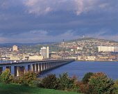 LOOKING ACROSS THE FIRTH OF TAY TO THE  CITY OF DUNDEE AND DUNDEE LAW (A HILL 571' IN HEIGHT AND WITH A WAR MEMORIAL AT THE TOP). PIC: VisitScotland/SCOTTISH VIEWPOINT Tel: +44 (0) 131 622 7174   Fax:... AUTUMN,TRANSPORT,TOWER BLOCK,SUNNY,SUMMER,STRUCTURE,RIVER