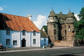 FALKLAND PALACE (16C HUNTING LODGE OF THE STUART MONARCHY), FALKLAND, FIFE. PIC: VisitScotland/SCOTTISH VIEWPOINT Tel: +44 (0) 131 622 7174   Fax: +44 (0) 131 622 7175 E-Mail : info@scottishviewpoint.... ARCHITECTURE,SUNNY,SUMMER,ROYAL,RENAISSANCE,PEOPLE,HERITAGE,BUILDING,BENCH
