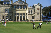 GOLFERS ON ST ANDREWS OLD COURSE. THE ROYAL AND ANCIENT CLUBHOUSE IN THE BACKGROUND. FIFE PIC: GLYN SATTERLEY/VisitScotland/SCOTTISH VIEWPOINT Tel: +44 (0) 131 622 7174   Fax: +44 (0) 131 622 7175 E-M... AUGUST 2004,SUNNY,SUMMER,SPORT,R&A,GOLFING,GOLFERS,GOLFER,GOLF,BAG