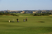 A GOLFER PLAYING OUT OF A BUNKER ON ST ANDREWS OLD COURSE, FIFE. PIC: GLYN SATTERLEY/VisitScotland/SCOTTISH VIEWPOINT Tel: +44 (0) 131 622 7174   Fax: +44 (0) 131 622 7175 E-Mail : info@scottishviewpo... ACTIVITY,SUNNY,SUMMER,SPORT,GOLFING,GOLFERS,GOLF,BAG,AUGUST 2004