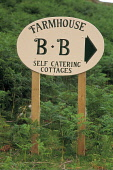 A DETAIL OF A ROADSIDE SIGN GIVING DIRECTIONS TO A FARMHOUSE BED AND BREAKFAST ESTABLISHMENT WHERE SELF CATERING COTTAGES ARE ALSO AVAILABLE. PIC: VisitScotland/SCOTTISH VIEWPOINT Tel: +44 (0) 131 622... ACCOMMODATION,SUMMER,HOSPITALITY,FERNS