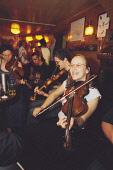 FOLK MUSICIANS IN THE BAR AT THE FISHERMAN'S TAVERN, BROUGHTY FERRY GET TOGETHER FOR AN IMPROMPTU SESSION, DUNDEE. PIC: P.TOMKINS/VisitScotland/SCOTTISH VIEWPOINT Tel: +44 (0) 131 622 7174   Fax: +44... 2003,TRADITIONAL,SMILE,MUSIC,INTERIOR,FIDDLERS,FIDDLE,DRINK,BLUR