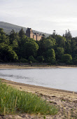 THE BEACH AT BRODICK BAY LOOKING TOWARDS BRODICK CASTLE WHICH IS SITUATED NORTH OF BRODICK ON THE ISLE OF ARRAN. PIC: P.TOMKINS/VisitScotland/SCOTTISH VIEWPOINT Tel: +44 (0) 131 622 7174   Fax: +44 (0... 2006,WATER,SUMMER,SCOTLAND,NATIONAL TRUST FOR SCOTLAND,ISLAND,HISTORY,HERITAGE,COUNTRY PARK,COASTAL,COAST,BEACH