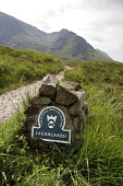 THE NATIONAL TRUST FOR SCOTLAND SIGN FOR LAGANGARBH, GLEN COE (GLENCOE), HIGHLAND. PIC: P.TOMKINS/VisitScotland/SCOTTISH VIEWPOINT Tel: +44 (0) 131 622 7174   Fax: +44 (0) 131 622 7175 E-Mail : info@s... 2006,HIGHLANDS,WALKING,SUNNY,SUMMER,SIGNAGE,PATH,NTS,MOUNTAINS,MOUNTAIN,MARKER,HILLS,HILL,FOOTPATH