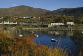 LOOKING OVER TO AN TAIRBEART (TARBERT)- A VILLAGE AND PORT ON THE EAST COAST OF THE ISLE OF HARRIS SITUATED ON AN ISTHMUS BETWEEN EAST AND WEST LOCH TARBERT, OUTER HEBRIDES. PIC: SUE ANDERSON/SCOTTISH... AUTUMN,WATER,SUNNY,REFLECTION,HOUSING,COMMUNITY,BRACKEN,BOAT BOATS,AUTUMNAL COLOURS