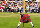 A PARTICIPANT IN THE TOSSING THE CABER EVENT AT THE BRAEMAR GATHERING HELD ANNUALLY IN SEPTEMBER AT BRAEMAR, ABERDEENSHIRE.PIC: S.BUCHANAN/SCOTTISH VIEWPOINTTel: +44 (0) 131 622 7174  Fax: +44 (0) 131... AUTUMN,TARTAN,SHOWGROUND,SCOTLAND,KILT,HEAVY,EVENT,EVENT,CROWD,COMPETITION