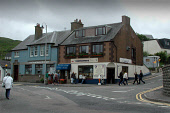 LOOKING ACROSS THE ROAD TO THE CORNERSTONE RESTAURANT AND ROYAL BANK OF SCOTLAND AT MALLAIG- A BUSY FISHING PORT SITUATED AT THE ENTRANCE TO THE SOUND OF SLEAT AND LOCH INVER, HIGHLAND. PIC: S. GROSSE... BANKING,STREET,PEOPLE,PEDESTRIANS,EATING,CAFE