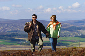 A COUPLE ENJOY A WALK IN THE HEATHER.   PIC: S.BUCHANAN/SCOTTISH VIEWPOINT Tel: +44 (0) 131 622 7174   Fax: +44 (0) 131 622 7175 E-Mail : info@scottishviewpoint.com This photograph can not be used wit... LIFESTYLE,SUMMER,SMILE,ROMANTIC,ROMANCE,OUTDOOR,MOORLAND