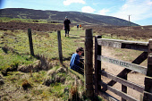 HAVING A REST AT THE START OF THE WALK UP TO THE SUMMIT OF TINTO HILL, NEAR BIGGAR, SOUTH LANARKSHIRE. PIC: IAIN MCLEAN/SCOTTISH VIEWPOINT Tel: +44 (0) 131 622 7174   Fax: +44 (0) 131 622 7175 E-Mail... ACTIVITY,WALKING,SUNNY,SUMMER,OUTDOOR SPORTS,HILLWALKING,HILLWALKERS,CHILDREN,CHILD