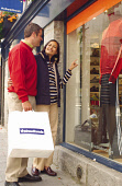 A COUPLE ENJOY A DAY SHOPPING.   PIC: S.BUCHANAN/SCOTTISH VIEWPOINT Tel: +44 (0) 131 622 7174   Fax: +44 (0) 131 622 7175 E-Mail : info@scottishviewpoint.com This photograph can not be used without pr... BAG,WINDOW,SMILE,SHOPS,SHOP,ROMANCE,RETAIL,LIFESTYLE,FASHION