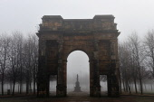 The McLennan Arch as fog envelops Glasgow Green on a cold winter's day, east of the city centre of Glasgow, Scotland. Tony Clerkson / Scottish Viewpoi horizontal,outside,outdoors,exterior,winter,day,weather,Glasgow,Green,city,fog,foggy,mist,misty,cold,wintry,freezing fog,trees,branches,bleak,austere,atmospheric,Scotland,Scottish,UK,U.K,Great Britain