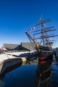 Exterior of the new V&A Museum and RRS Discovery ship at Discovery Point  in Dundee , Scotland, UK. Iain Masterton/Scottish Viewpoint uk,u.k,Great Britain,GB,G.B,Scotland,Scottish,group,people,daytime,outdoors,V&A Dundee,V and A Dundee,Scottish musum,architecture,Dundee V&A museum,V&A Museum Dundee,V&A Scotland,V&A,building exterior