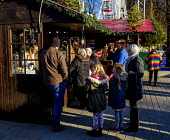 Edinburgh Christmas 2019: People shopping at a stall in Princes Street Gardens.  Editorial use only Andrew Wilson  /Scottish Viewpoint Christmas Edinburgh's Christmas 2019,Xmas,entertainment,food,fun,fun fair,holiday season,princes street gardens,rides,shopping,stalls,street market,people